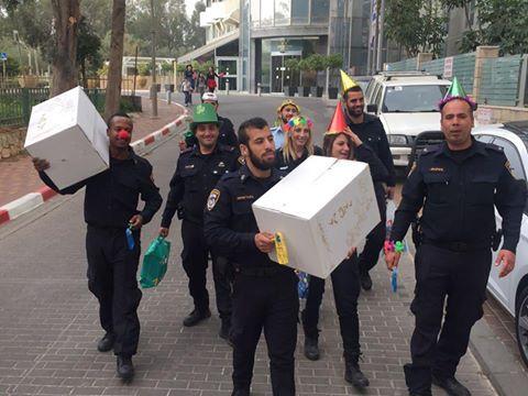 שוטרים משלוחי מנות