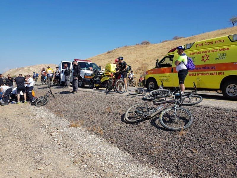 החייאה על רוכב אופניים שהתמוטט בסובב כנרת - צילום אמירם אמסלם תיעוד מבצעי מדא 4.11.17 (1)