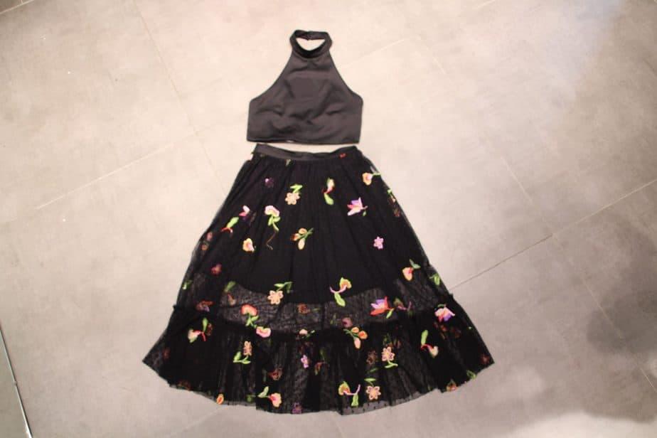 חצאית שיפון פרחים: 29.99 ש''ח. חולצת קולר אלגנט: 29.99 ש''ח