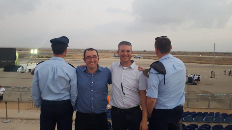 """בתמונה: מימין לשמאל : סרן ד', המחנך דני ניקרטין, המנהל תומר שופר, סגן א' צילום: אמי""""ת"""
