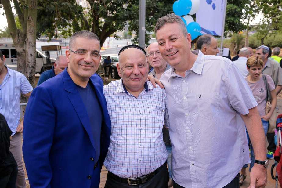 """בתמונה, מימין לשמאל: ישראל גל, ראש עיריית קרית אונו; אהרון דרזי, יו""""ר ועד השכונה ויעקב אטרקצ'י, בעלי ומנכ""""ל אאורה. צילום: דורון לביא"""