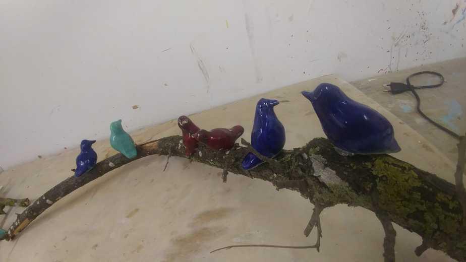 ציפורים, קרמיקה על ענף עץ מהטבע