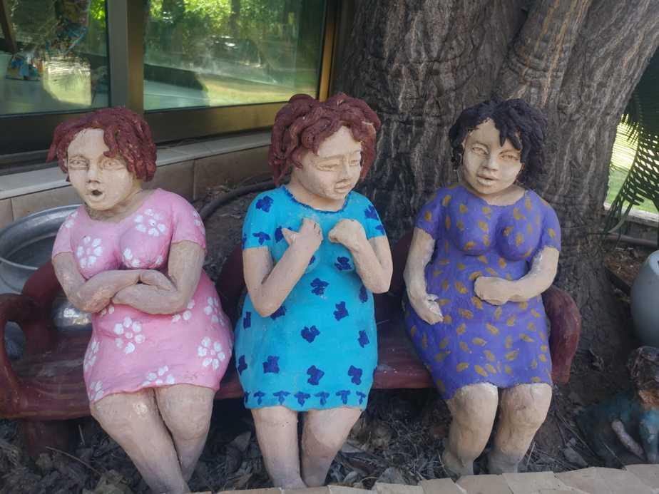 """בובות """"הרכלניות"""" על הספסל יצירה מקרמיקה"""